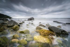 Buhnen in der Ostsee und bewegtes schäumendes Wasser bei langer Belichtung